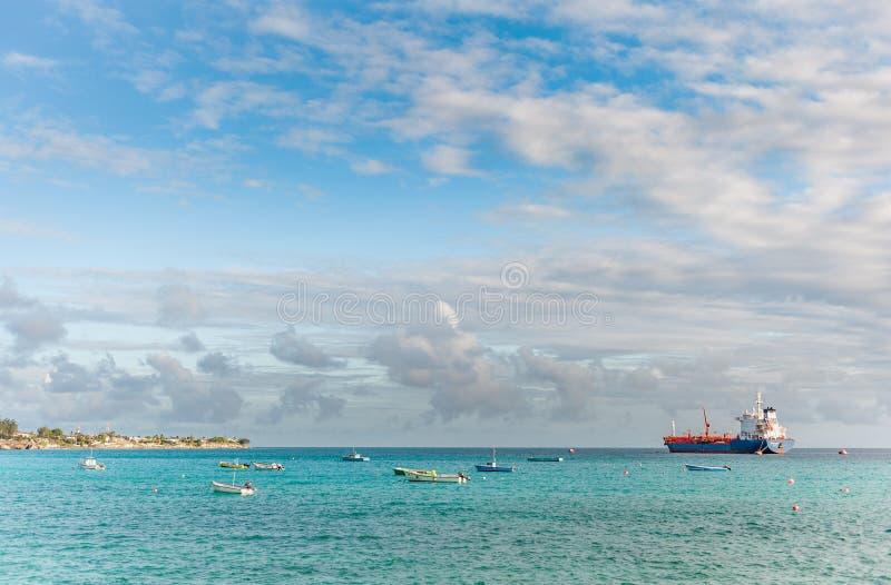 OISTINS, BARBADOS - 15. MÄRZ 2014: Miami Beach-Landschaft mit Ozean-Wasser-blauem Himmel und Öl-Chemikalientanker mit Booten stockbild