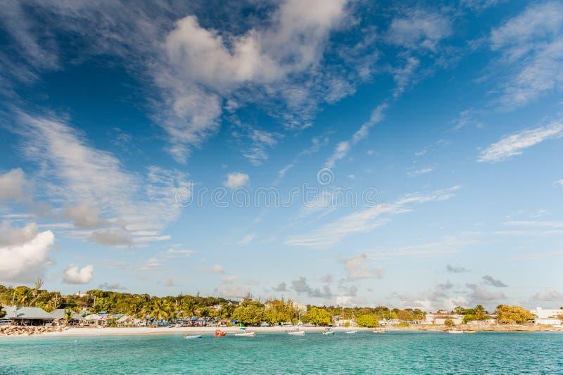 OISTINS, BARBADOS - 15. MÄRZ 2014: Miami Beach-Landschaft mit Ozean-Wasser-blauem Himmel und lokalen Restaurants lizenzfreie stockbilder