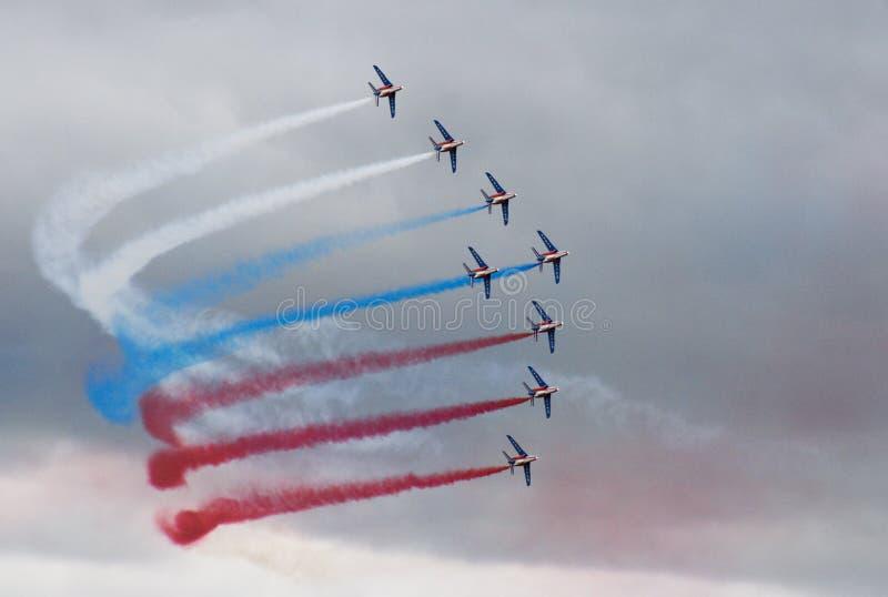 Oito aviões com fumo da cor fazem para girar sobre o clou imagens de stock royalty free