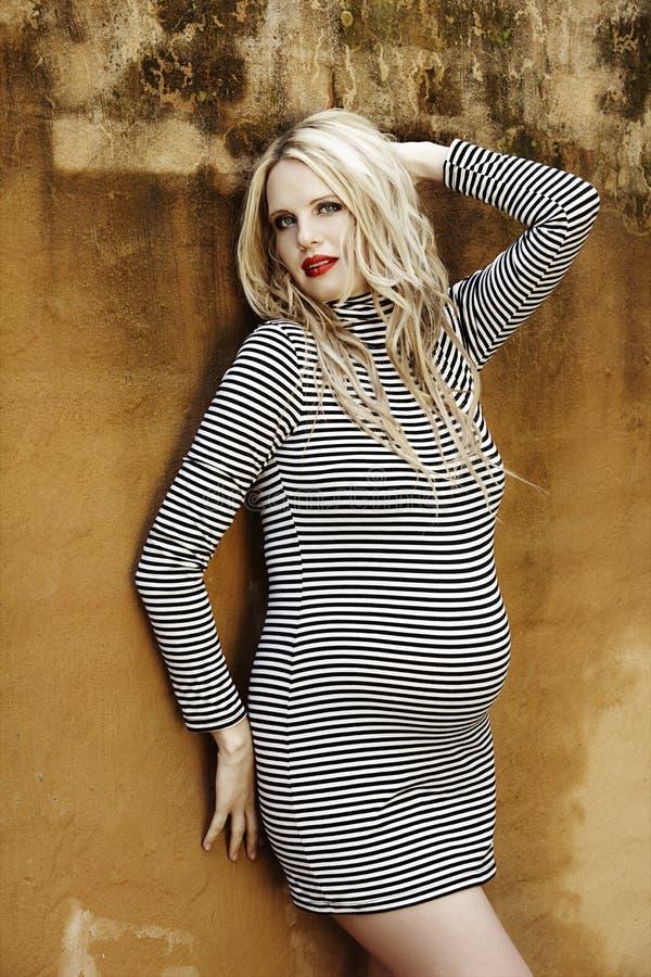 Oito meses bonitos da mulher loura grávida foto de stock