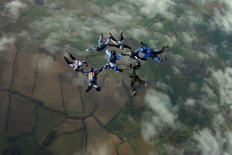 Oito skydivers que constroem uma formação imagens de stock royalty free
