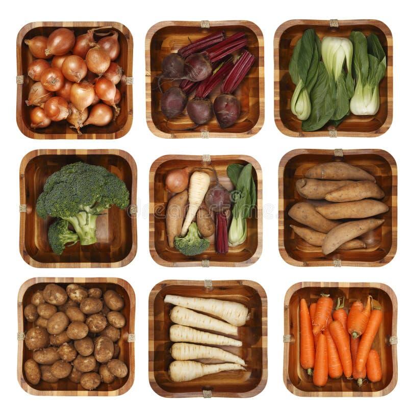 Oito vegetais diferentes na cesta de madeira imagem de stock royalty free