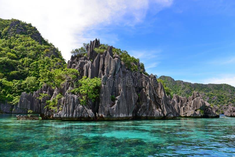 Ojämn kalksten vaggar och det härliga landskapet på Twin lagun, Coron, Filippinerna arkivfoto