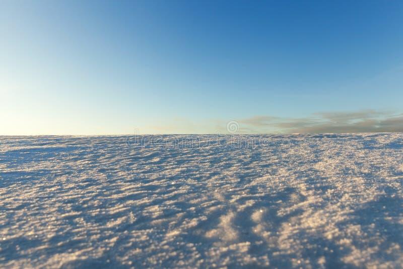 ojämna drivor av vit snö royaltyfria foton