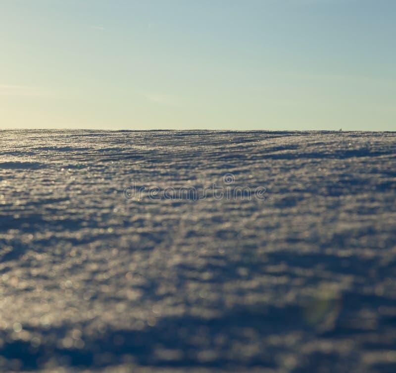 ojämna drivor av vit snö royaltyfri bild