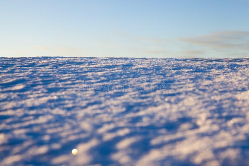 ojämna drivor av vit snö fotografering för bildbyråer