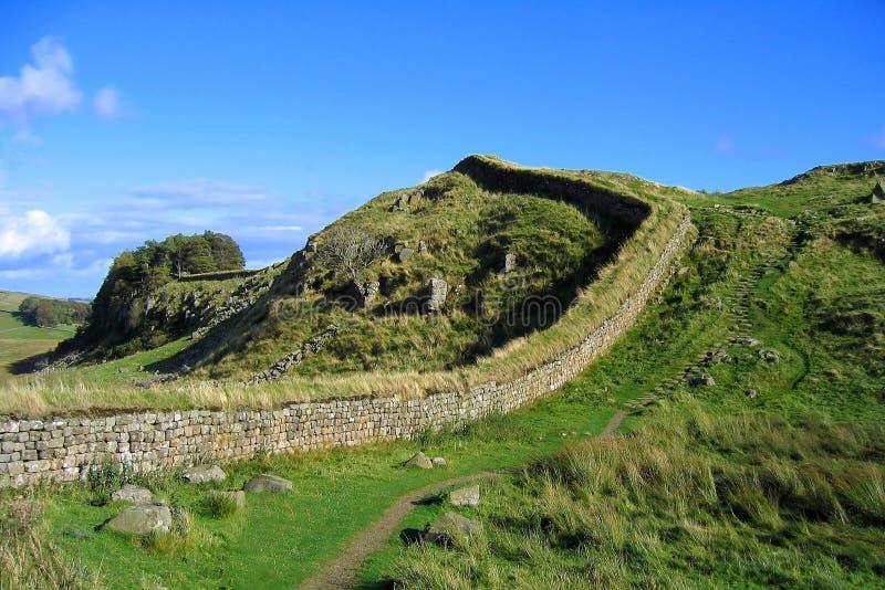 Ojämnt avsnitt av Hadrians vägg, Northumberland nationalpark, nordliga England royaltyfri fotografi