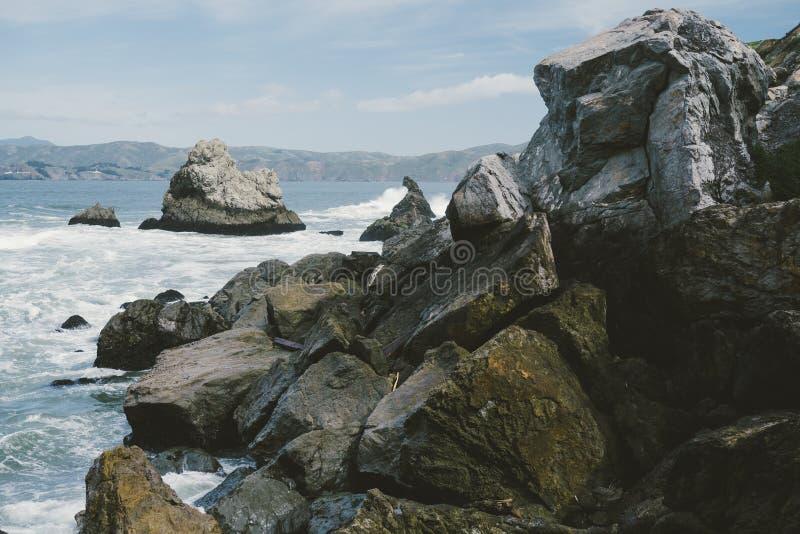Ojämnt vaggar på kusten royaltyfria bilder