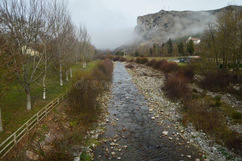 Oja River al suo passaggio da Ezcaray Natura, viaggio, paesaggi immagini stock libere da diritti