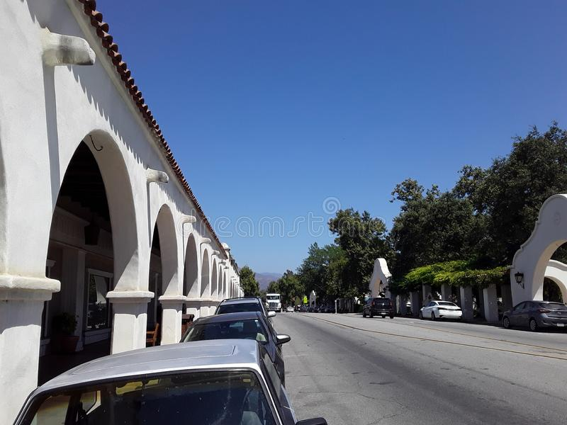 Ojai Arcade entlang der Main Street mit Blue Sky stockfotografie