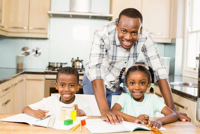Ojców pomaga dzieci dla pracy domowej zdjęcie royalty free