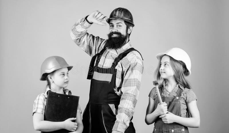 Ojca budowniczy i dzieciak dziewczyn naprawy dom Uczy c?rki Nieformalna edukacja Ojca dzie? Siostry pomocy ojca budowniczy obraz royalty free