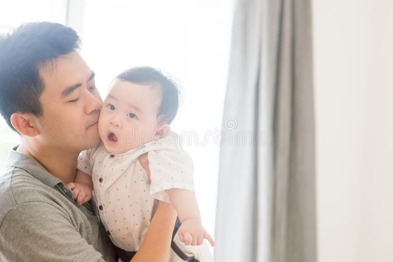 Ojca całowania dziecka dziecko fotografia royalty free