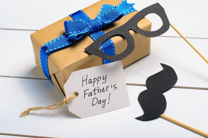 Ojca dnia tło, wąsy i prezenta pudełko, obraz royalty free