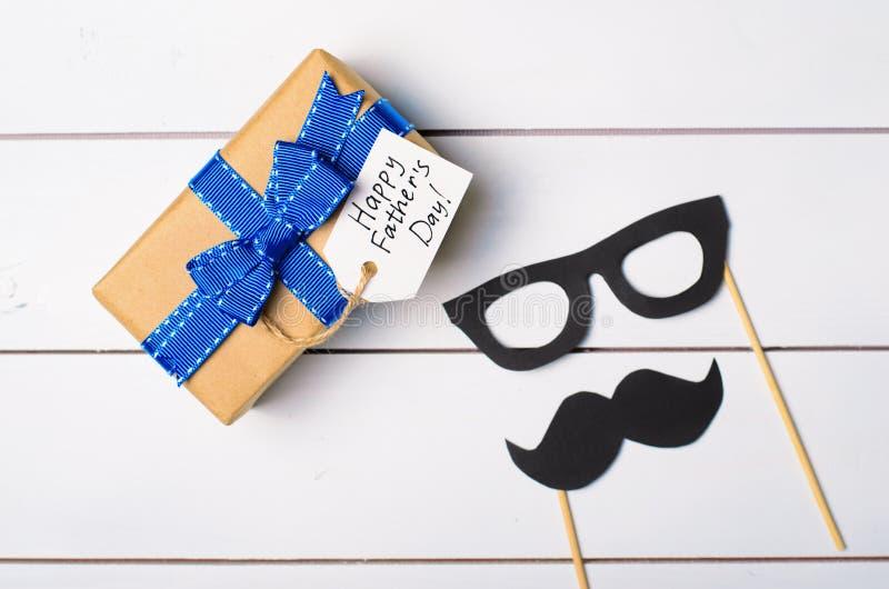 Ojca dnia tło, wąsy i prezenta pudełko, zdjęcia royalty free