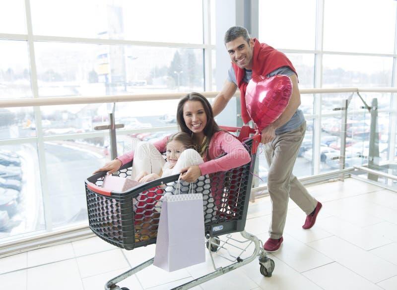 Ojca dosunięcia macierzysta i młoda córka w zakupy tramwaju obraz royalty free