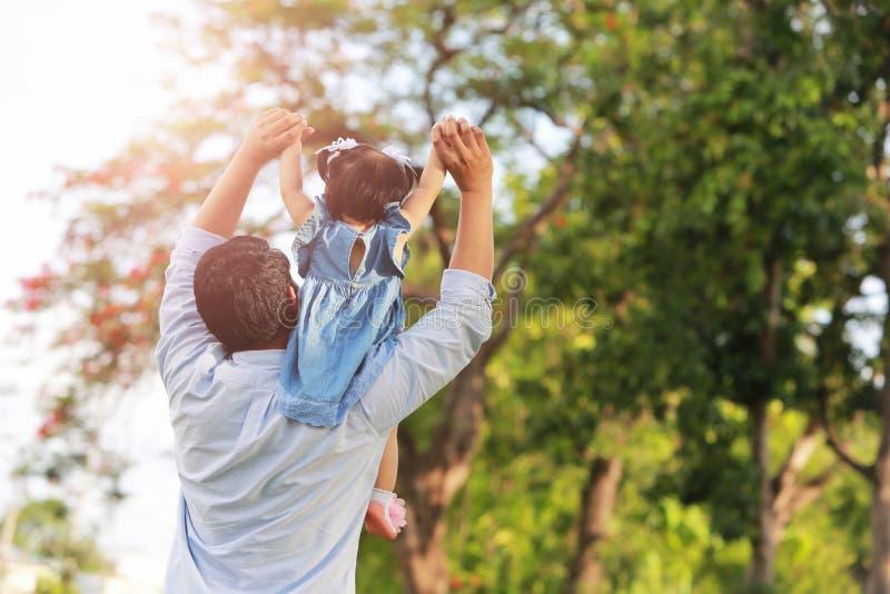 Ojca i córki odprowadzenie na parku obrazy royalty free