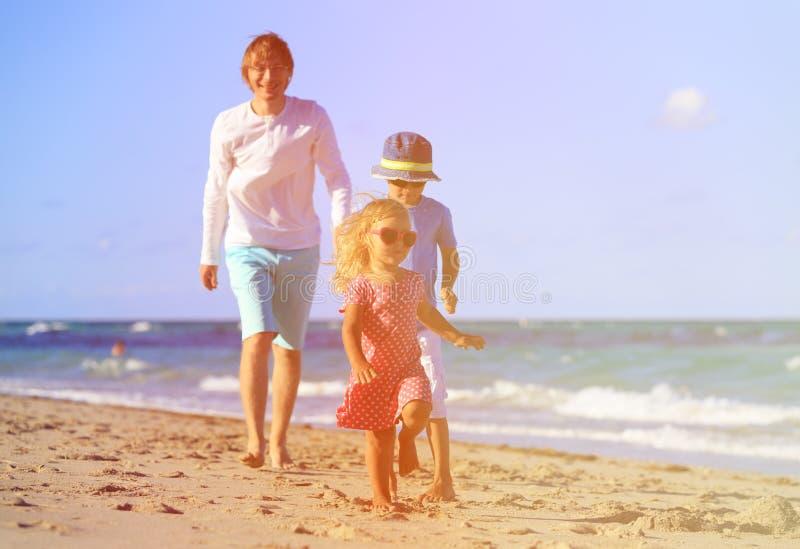 Ojca i dzieciaków sztuka na plaży zdjęcie royalty free