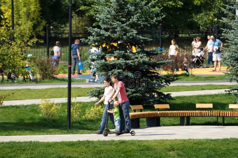 Ojca i dzieciaka przejażdżka na hulajnodze w Butovo parku, Moskwa, Rosja fotografia royalty free