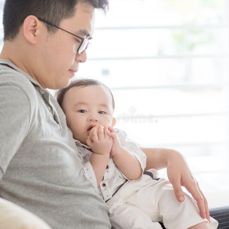 Ojca i dziecka obsiadanie na kanapie obraz stock