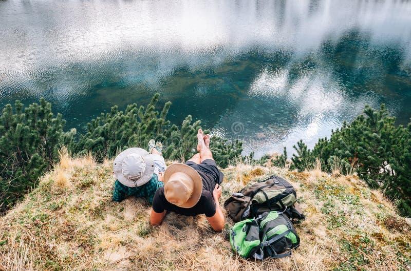 Ojca i syna backpackers relaksują chodzą blisko beauti po tym jak długi zdjęcia royalty free