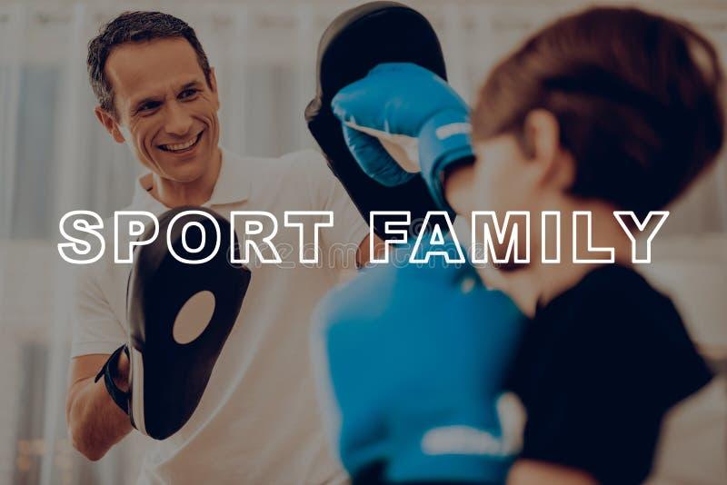 Ojca I syna Bokserski szkolenie sport rodzina fotografia stock