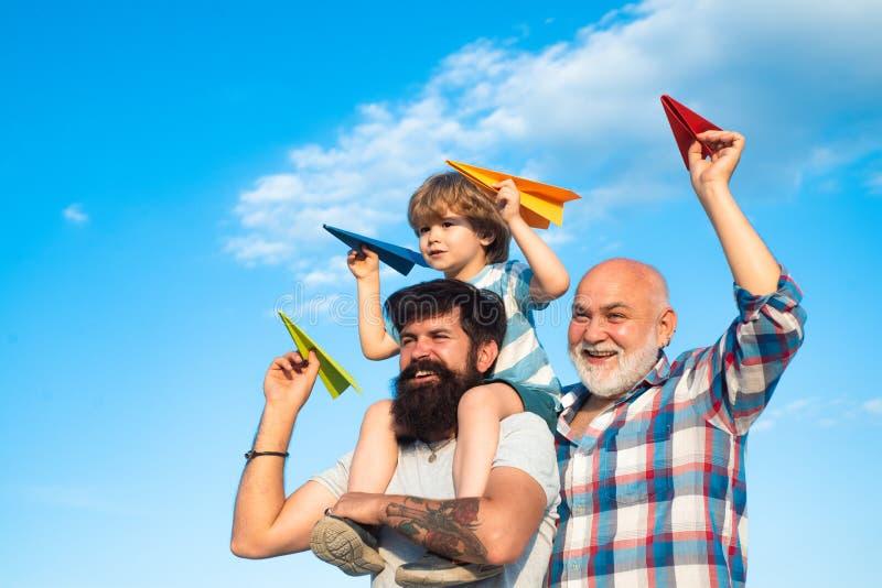 Ojca i syna cieszy? si? plenerowy ojciec syn bawi? si? syna Szczęśliwi mężczyźni kocha rodziny Szczęśliwy dziadek ojciec i obraz stock