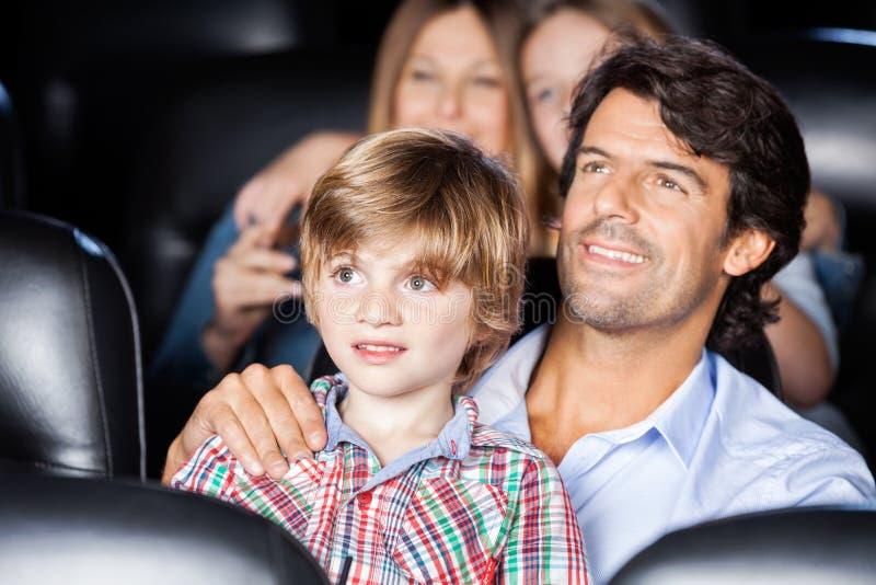 Ojca I syna dopatrywania film W teatrze zdjęcie royalty free