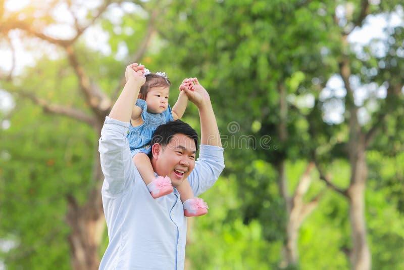 Ojca i syna odprowadzenie na polu przy ogródem pojęcie fa fotografia royalty free