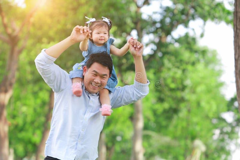 Ojca i syna odprowadzenie na polu przy ogródem pojęcie fa zdjęcia stock