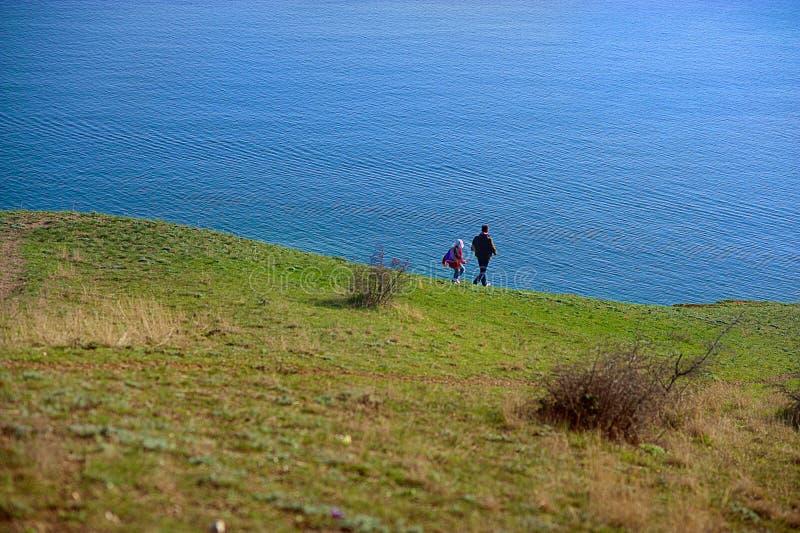 Ojca i syna pozycja Przy krawędzią faleza blisko morza obrazy royalty free
