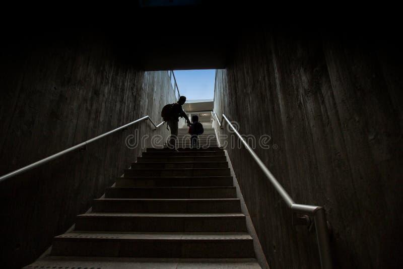 Ojca i syna wspinaczkowi schodki w zwyczajnym metrze zdjęcia stock
