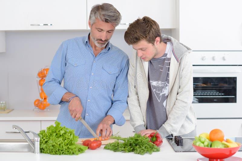 ojca kulinarny syn zdjęcie stock