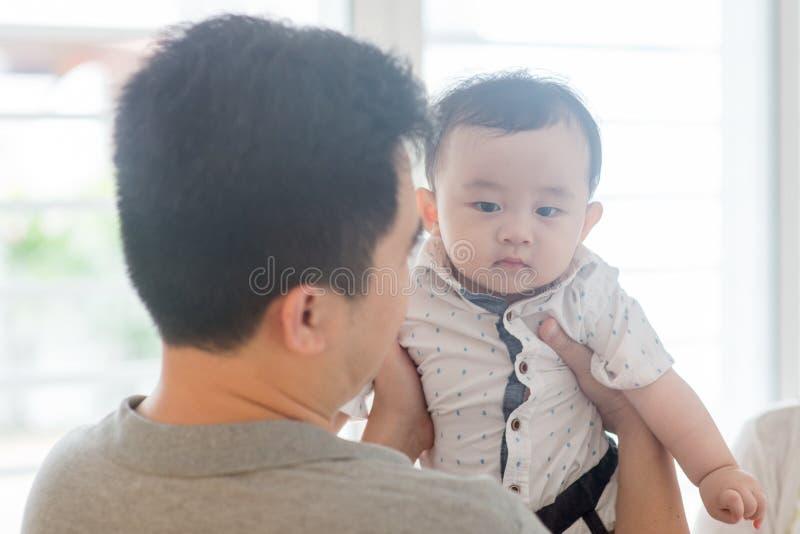 Ojca mienia chłopiec obraz stock