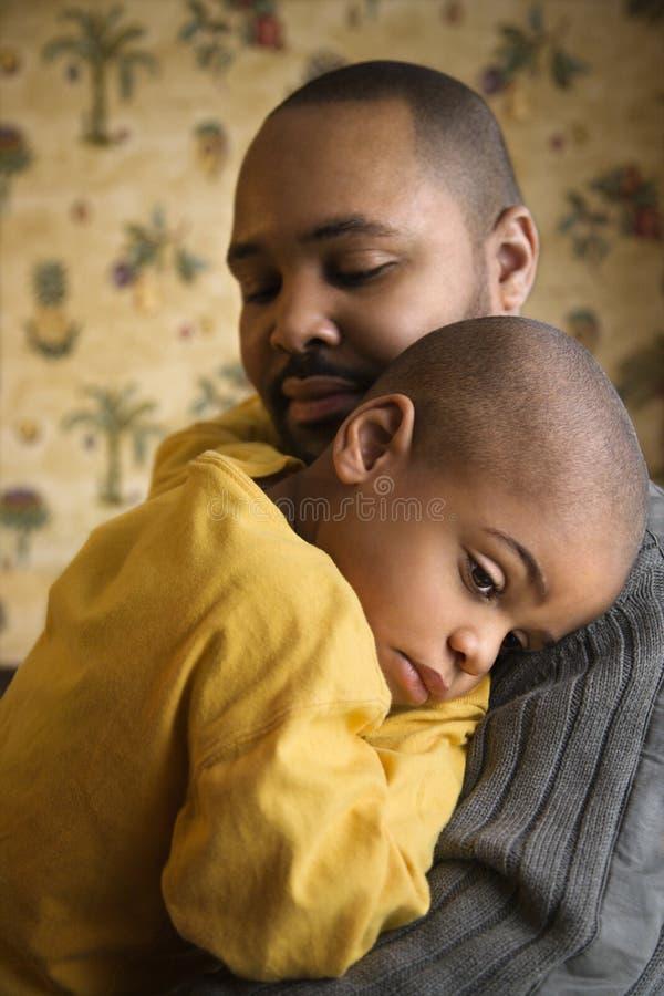 ojca mienia kochający syna potomstwa obraz stock