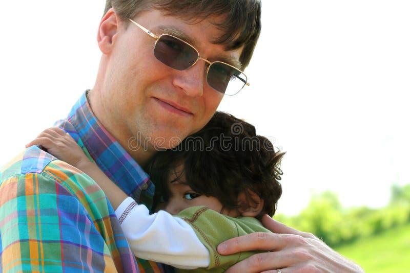 Ojca mienia syn outdoors zdjęcie stock