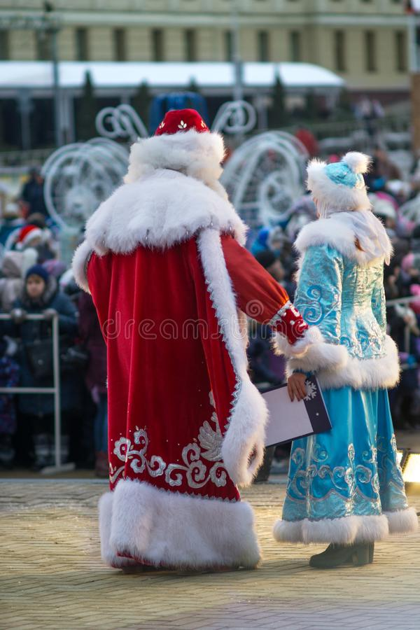Ojca mróz i Śnieżna dziewczyna gratulujemy ludzi wesoło bożych narodzeń zdjęcia royalty free