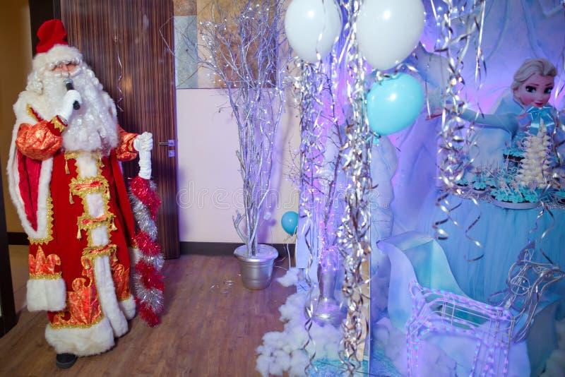 Ojca mróz mówi z mikrofonem Święty Mikołaj śpiewa Bożenarodzeniowe piosenki przeciw Mężczyzna w Święty Mikołaj kostiumu pozuje z zdjęcia royalty free
