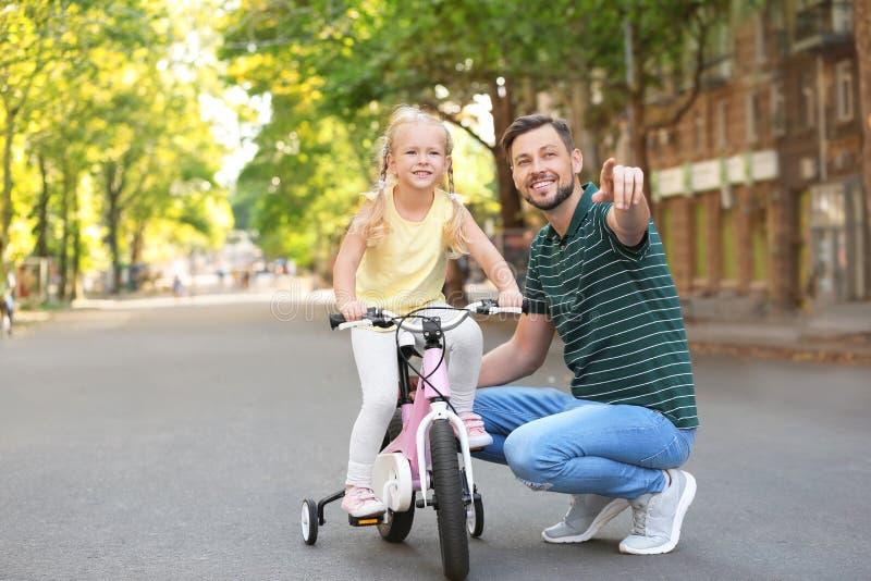 Ojca nauczania córka jechać bicykl zdjęcie royalty free