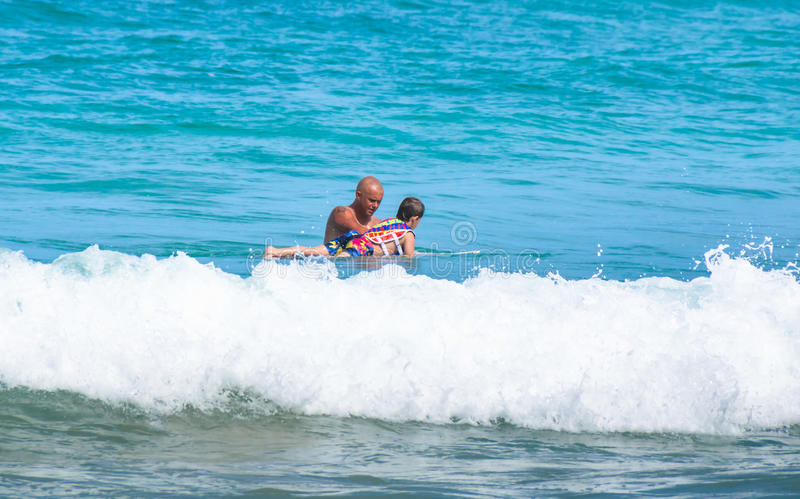 Ojca nauczania syn dlaczego surfować zdjęcie royalty free