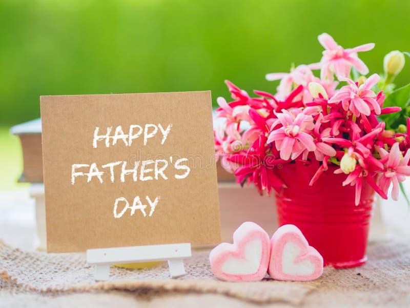 Ojca ` s dnia pojęcie Plakata egzamin próbny w górę szablonu z kwiatu bukietem, marshmallow w formie serca i książek nad zielonym zdjęcia royalty free