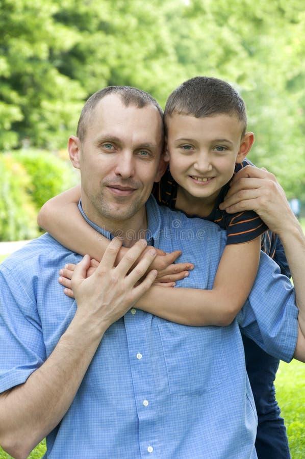 ojca syn szczęśliwy parkowy zdjęcia royalty free