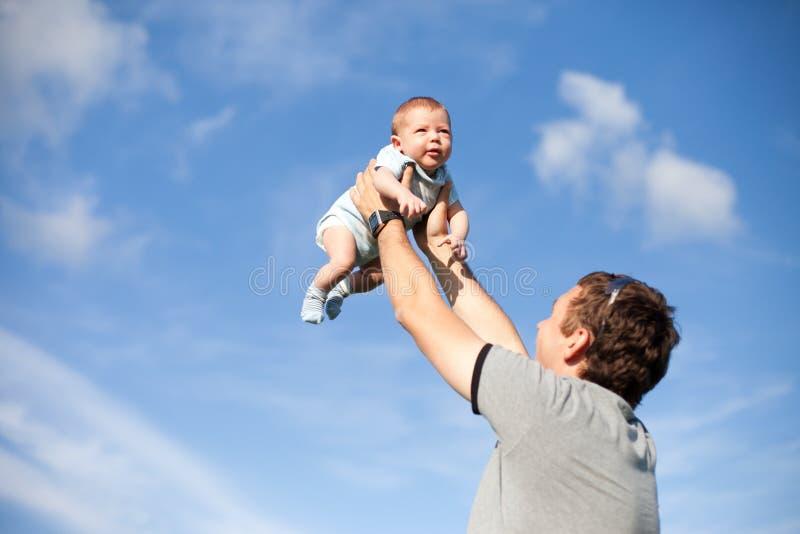 ojca szczęśliwy bawić się nieba syn zdjęcie stock
