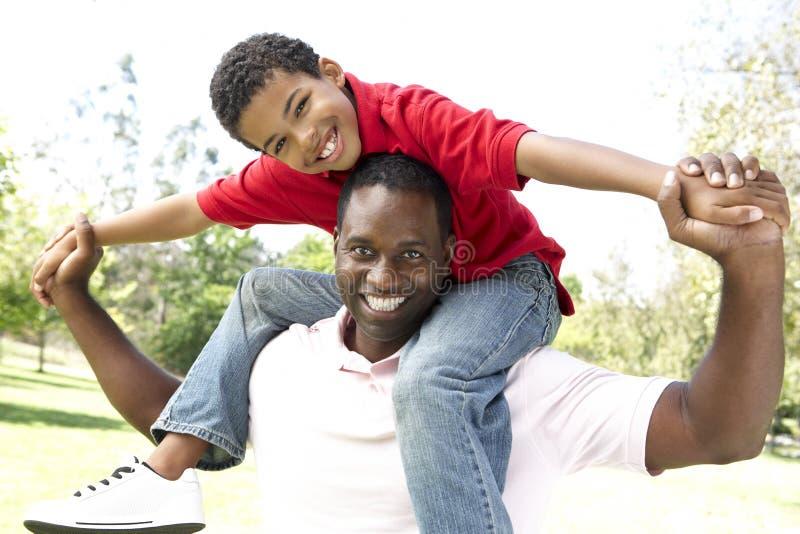 ojca szczęśliwy parkowy portreta syn fotografia royalty free