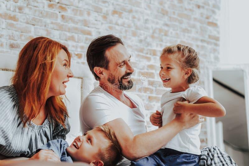 Ojciec łaskocze jego małej córki podczas gdy bawić się zdjęcia royalty free