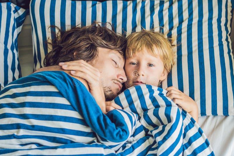Ojciec śpi z jego synem obrazy royalty free
