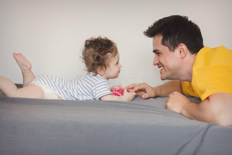 Ojciec bawić się z dzieckiem troszkę w domu zdjęcia stock