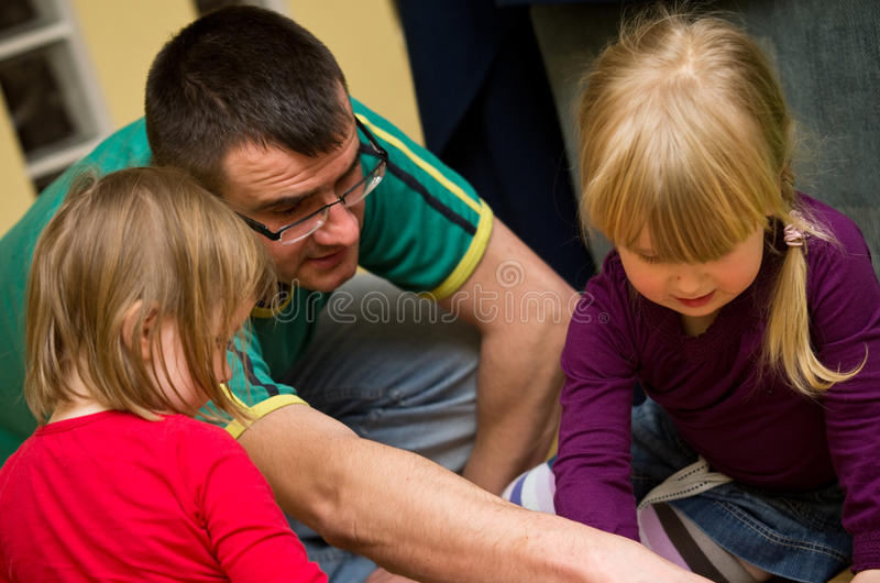 Ojciec bawić się z dziećmi obrazy royalty free