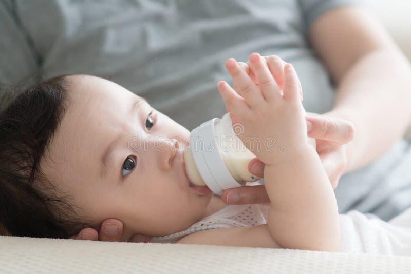 Ojciec butelka - karmy mleko syn obraz royalty free