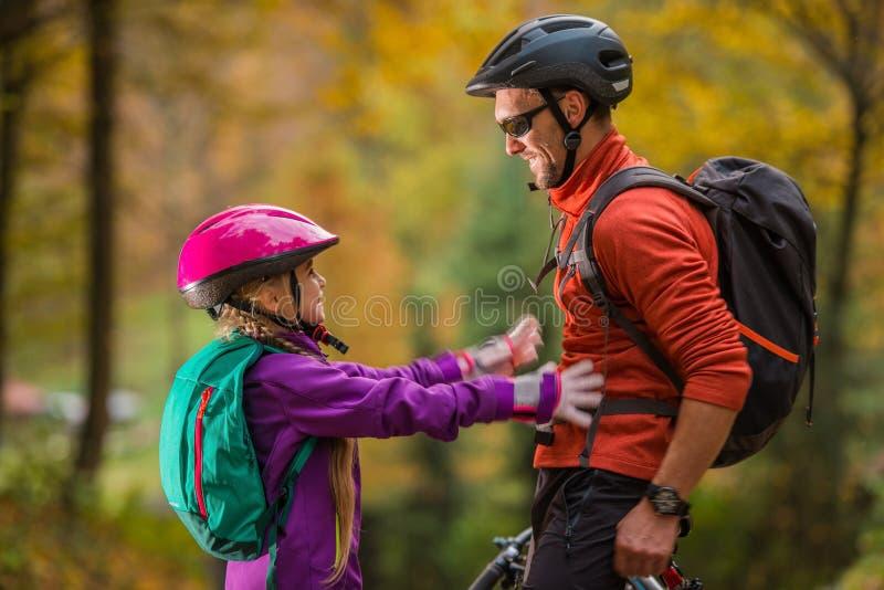 Ojciec córki rowerów wycieczka zdjęcie stock